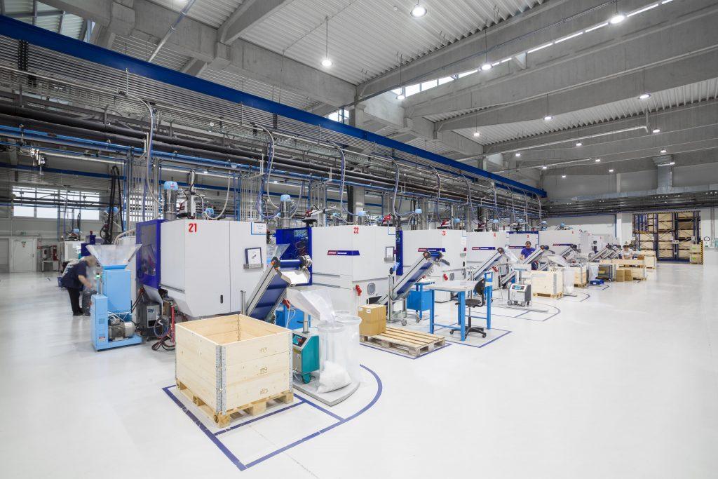 Výrobní stroje v hale